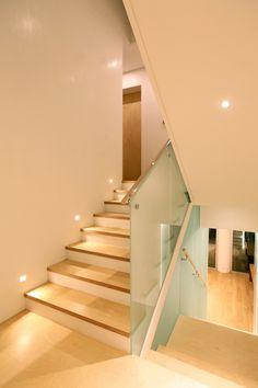 유리를 이용한 난간 및 손스침.... 하무에 유도등..... Dream Home Design, House Design, Stairs, Home Decor, Railings, Crystals, Houses, Stairway, Decoration Home