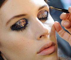 Funkelnde Augen: Glitter und Glitzer auf den Lidern. Sind die nicht schön?! Makeup Trends, Make Up Guide, Glitter Make Up, All That Glitters, Girls Shopping, Lipstick, Glamour, Beauty, Hair Styles