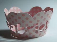 Forminhas para Cupcake em papel para Scrapbook, no formato de coroa com nome vazado. Podemos fazer na cor de sua preferência (especifique na hora da compra e não esqueça de salvar seu comentário) 21cm de largura Valor referente a unidade R$1,70