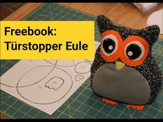 Freebook Türstopper-Eule - PepperÄnn Sewing Toys, Plushies, Drink Sleeves, Sewing Projects, Lunch Box, Dolls, Knitting, Handmade, Gifts