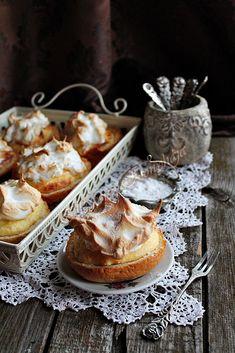 Illéskrisz Konyhája: TÚRÓS ZSEMLYE Hungarian Recipes, Hungarian Food, Muffins, Cookies, Eat, Sweet Treats, Biscuits, Hungarian Cuisine, Muffin