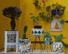 MACETAS REALIZADAS CON LATAS Y MOSAIQUISMO, POR RICARDO STEFANI Mosaic Bottles, Mosaic Pots, Pot Plante, Flower Pots, Flowers, Urn, Mosaics, Vases, Planter Pots