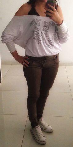 Blusa ancha blanca, top marrón, Jean marrón, converse blancos