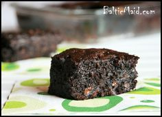Super delicious healthy brownies -- whole wheat flour, zucchini, applesauce & cardamom. 200 calories / 16 brownies per pan Healthy Desserts, Just Desserts, Delicious Desserts, Dessert Recipes, Yummy Food, Recipies Healthy, Sweet Desserts, Healthy Zucchini Brownies, Chocolate Zucchini Brownies