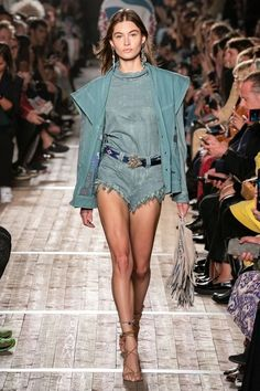 Isabel Marant Spring 2020 Ready-to-Wear Fashion Show Collection: See the complete Isabel Marant Spring 2020 Ready-to-Wear collection. Look 16 Catwalk Fashion, Fashion 2020, Love Fashion, High Fashion, Fashion Outfits, Fashion Design, Fashion Weeks, Stylish Outfits, Isabel Marant