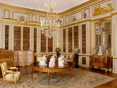 The library of Louis XVI    This library, planned by the architect Gabriel shortly before the death of Louis XV in 1774, was one of the favourite rooms of Louis XVI who indulged in his passion for the sciences and in particular geography.
