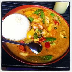 Abends wurde bei Frau Jupiter auswärts gespeist und zwar im Lieblingsrestaurant. Gemüse in cremiger Kokos-Erdnusssauce im feinen Innenhof des Lokals verspeist.