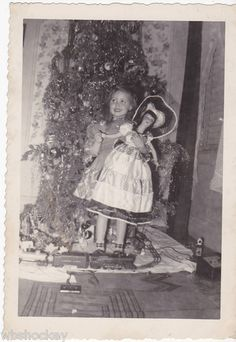 1950's Little girl by Christmas tree with doll vintage photo. Old Time Christmas, Ghost Of Christmas Past, Christmas History, Old Fashioned Christmas, Christmas Love, Retro Christmas, Christmas Holidays, Christmas Trees, Vintage Christmas Photos