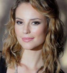 Os cabelos para o outuno/inverno 2013 refletem a mulher moderna, bonita e, ao mesmo tempo, sexy. Por isso, a tendência para esta estação são cabelos soltos, com movimento e brilhantes, o look é bem natural.