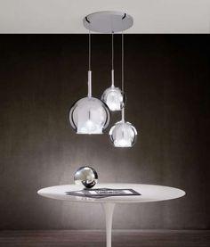 """Glo è una delle lampade iconiche di Penta, progettata da Carlo Colombo. Questa collezione disponibile come prodotto da tavolo, terra, sospensione attribuisce alle varie soluzioni di interior design un forte impatto scenografico. Disponibile in varie finiture trasparente, oro, argento, oro rosa, nero, iridescente e nelle ultime proposte """"4ever"""" e """"total white"""". Il design del prodotto …"""