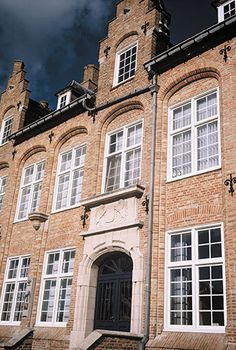 Keeping the traditional look with quality aluminium windows Traditional Windows, Traditional Looks, Barn Windows, Sliding Patio Doors, Aluminium Windows, Walls, Mansions, House Styles, Home Decor