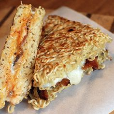 Thay vì dùng bánh mì sandwich như bình thường, chúng ta hãy thử thay bằng mì gói để đổi vị nhé!