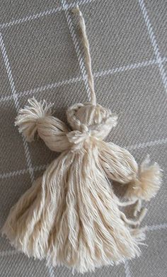 DIY Woollen Christmas Angel (shown from the back) - in French Christmas Angel Crafts, Christmas Yarn, Christmas Origami, Christmas Gift Decorations, Felt Christmas Ornaments, Angel Ornaments, Christmas Projects, Crafty Angels, Diy Angels