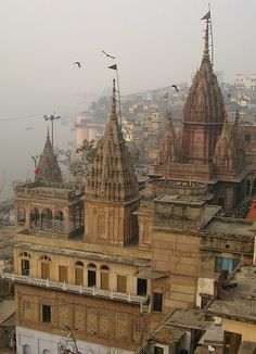 varanasi temple Temple India, Hindu Temple, Indian Temple Architecture, Beautiful Architecture, Varanasi, Tourist Places, Places To Travel, Rishikesh, Hindus