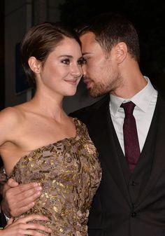 Shailene Woodley et Théo James alias Tris et Quatre. J'adore cette photo parce que la première fois que j'ai regardé Divergent, je les ai cru réellement amoureux et donc, elle me donne bon espoir.