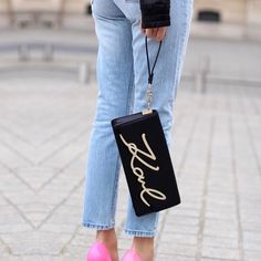 Karl in Paris! A designer who cannot miss in the city during Paris Fashion Week is Karl Lagerfeld. Karl Lagerfeld Bags, Pink Pumps, Gucci Handbags, Cloth Bags, Christian Louboutin Shoes, Fashion Advice, Outfit Of The Day, Street Style, Shoulder Bag