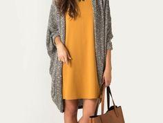 code-vestimentaire-robe-en-couleur-moutarde-sac-à-main-marron