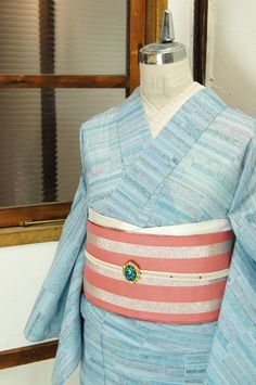 淡い青の階調にラズベリー色の挿し色美しく、花や実のような細やかな模様が浮かぶサマーウールと思われる単着物です。 #kimono