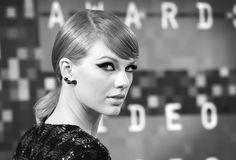 Taylor Swift con maquillaje de ojos de gata