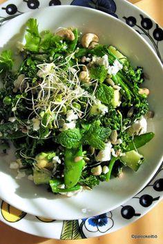 Virkistävän vihreä salaatti sopii kevääseen /// Mulla on uusi lempparisalaatti! Nimittäin tämä vahvasti vihreä kevätsalaatti, josta ei monipuolisuutta puutu. On kurkkua ja parsakaalia, hernettäkin parissa eri muodossa. Vielä vähän silmusalaattia…