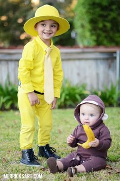 Siblings are the perfect duo for coordinating Halloween costumes of Curious George and The Man with the Yellow Hat. Curious George Halloween Costume, Halloween Costumes For Brothers, Duo Halloween Costumes, Kids Costumes Boys, Toddler Costumes, Costume Ideas, Family Costumes, Adult Costumes, Halloween Ideas