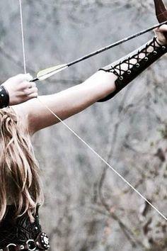 39- Diana raccolse l'arco che aveva scagliato accidentalmente la freccia, abbandonato dal proprio proprietario nella fuga, e lo osservò con interesse. Le sembrava un'arma utile. anche se gli uomini la maneggiavano rozzamente. Quando provò a tenderlo, il legno andò in pezzi tra le sue mani. La risata fragorosa del fratello risuonò in tutto il bosco. (Pinterest: @isabellereneexo)