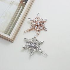 雪花のモチーフに作ったヘアクリップです。光を受けると、キラキラ~シンプルな服にポイントになることができます。愛する人にプレゼントしてください~ 実物がもっと美しいヘアクリップです。早割クリスマス2020冬支度ハンドメイド2020 Winter Hairstyles, Diy Hairstyles, Bridal Shoes, Wedding Shoes, Winter Wedding Hair, Flower Pens, Twitter Design, Wedding Clip, Crystal Snowflakes