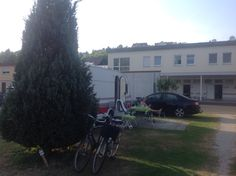 Knaus Campingparken, Frickenhausen, Tyskland. Hyggelig plads lige ved Main floden, som vi har brugt som transitplads nogle gange. Dejlige baderum med gratis bad. Frickenhausen er en historisk og hggelig by og lige ovre på den anden side af floden, i cykelafstand når man cykler over den gamle Mainbrücke, ligger den hyggelige by Ochsenfurt.