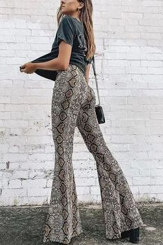 Take a walk on the wild side with these snake print flared pants! Featuring a gorgeous beige-brown snake print, a high waist design and a zipper on the side, these pants are a must & great addition to your wardrobe.Style it with your favorit. Flowy Pants Outfit, Boho Pants, Flare Pants Outfit Boho, Pastel Outfit, Snake Print Pants, Casual Outfits, Cute Outfits, Reptiles, Look Fashion