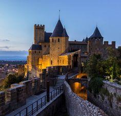 Situado en la Cité de Carcasona, el castillo condal, edificado sobre un domus del siglo I, fue la fortaleza que albergaba a los vizcondes de Carcasona. Construido al principios del siglo XII sufrió varias modificaciones posteriores, a destacar la del año 1229 donde, por orden del reino de Francia, se convierte en senescalía. De 1240 a 1250, se llevó a cabo una importante labor para fortalecer la muralla, incorporando más torres redondas, la barbacana avanzada a la puerta de entrada y el…