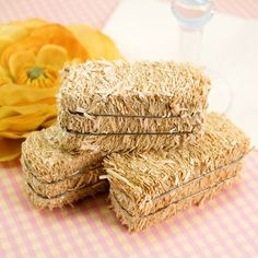 Add a touch of authenticity to your rustic decor with these miniature hay bales! Use them to enhance any country, backyard barbecue, or fall theme.