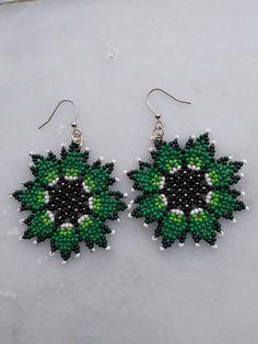 Beaded Flowers Patterns, Beaded Earrings Patterns, Bead Earrings, Crochet Earrings, Bead Jewellery, Beaded Jewelry, Handmade Jewelry, Mexican Designs, Bead Art