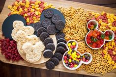 Mickey Mouse Themed Snack Board This Mickey Mouse Themed Snack. Mickey Mouse Themed Snack Board This Mickey Mouse Themed Snack Board is full of Mickey treats that are perfect for Mickey's birthday or your Disney themed party or movie night. Disney Themed Food, Disney Snacks, Disney Food, Mickey Mouse Snacks, Disney Activities, Mickey Cakes, Disney Cars, Minnie Mouse, Healthy Movie Snacks