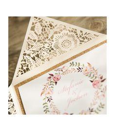 Faire part dentelle ciselé très original !  Avec encart doré pailleté et graphisme fleuri.  Découvrez notre large choix de faire part de mariage dentelle sur notre site www.celebrarts.com