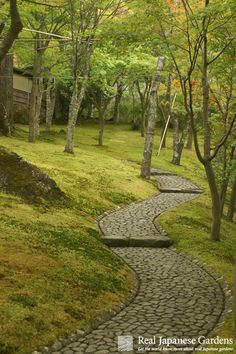 Beautiful Japanese garden paths - Click to take a look at the free sample or get the eBook: http://www.japanesegardens.jp/elements/000110.php# Real Japanese Gardens