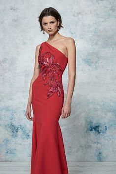Marchesa Notte Resort 2019 Fashion Show Collection: See the complete Marchesa Notte Resort 2019 collection. Look 20 Red Fashion, Fashion Dresses, One Shoulder Gown, Feminine Dress, Fashion Show Collection, Vogue Paris, Formal Gowns, Mannequins, Beautiful Gowns
