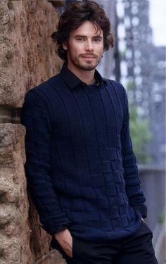 Стильный мужской пуловер спицами - описание вязания и схема узора.Пуловер из темно-синей пряжи с рельефным узором шахматкой из лицевых и изнаночных петель.