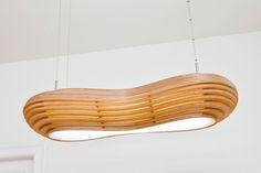 Designer Deckenlampe Altocumulus - Teil des Gewinnerprojekts um den Selbermacher des Jahres 2012. Sie ist aus vielen Einzellamellen zusammen gebaut und macht ein angenehm helles Licht. Im Inneren arbeiten zwei 36W Neonröhren mit elektronischem Vorschaltgerät (auf Wunsch auch dimmbar). www.du-kannst-mitspielen.de  Suchbegriffe: Designerlampe Design Lampe Deckenlampe
