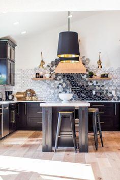 Custom Kitchen Backsplash with Ceramic Tile Aangepaste keuken Backsplash met keramische tegels Share your vote! Kitchen Lighting Design, Interior Design Kitchen, Kitchen Decor, Kitchen Ideas, Home Design, Design Ideas, Kitchen Remodel Cost, Kitchen Remodeling, Best Kitchen Designs