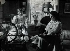 Two women spin wool in a Norwegian home. Spinning Yarn, Spinning Wheels, Norway Viking, Strange Flowers, Image Sharing, Old Photos, Cover Art, Illustration Art, Beer