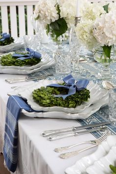 Wedding table decoration enhances the beauty of reception area, including the centerpiece. Well decorated wedding table makes the reception location … White Table Settings, Beautiful Table Settings, Christmas Table Settings, Christmas Tablescapes, Christmas Decorations, Christmas Candles, Place Settings, Table Setting Inspiration, Winter Table