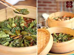 Legumes na panela de bambu com molho de ervas aromáticas