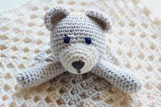 Haakpatroon Knuffeldoek Beer, Gratis + Stap voor Stap Beschrijving Baby Rag Quilts, Crochet Embellishments, Baby Vest, Felt Dolls, Crochet Animals, Cool Baby Stuff, Baby Gifts, Knit Crochet, Knitting Patterns