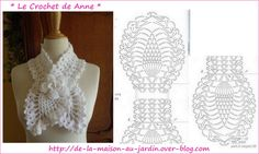 Tour de cou blanc  , en forme d'écharpe , orné d'une fleur en relief !