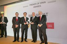 Carlos Espinosa De los Monteros con el premio entregado a Wharf T&T.