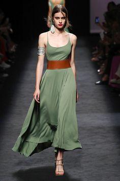Marcos Luengo Madrid Printemps-t 2020 - Dfils Vogue Paris 2020 Fashion Trends, Fashion Mode, Spring Fashion Trends, Vogue Fashion, Fashion 2020, Daily Fashion, Spring Summer Fashion, Spring Outfits, Runway Fashion