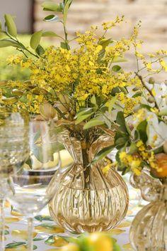 Um almoço no jardim com itens especiais, como os vasos de Murano de Paula Bassini e a toalha estampada com limão-siciliano da Valencien.