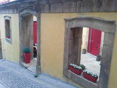 Antiga fachada de casa usada como muro exterior