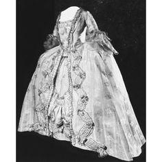 Robe à la française, soie beige. France, 1770-1779, Victoria & Albert Museum (Londres). Détails du tissus sur une autre épingle.
