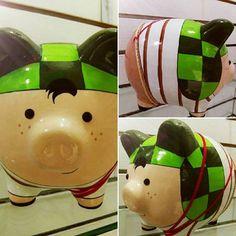 Desde La vecindad hasta Piggolos, El Chavo del 8... #elchavodel8 #alcanciaspersonalizadas #cochinitos #alcancias #cerditos #ceramica #alcanciasdecoradas #alcanciaspintadasamano #frikiplaza Piggy Bank, Panda, Crafts, Diy, Home Decor, Teacup Pigs, Portrait Frames, Safe Room, Craft